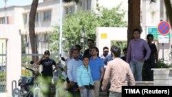 Stanovnici Teherana preko puta zgrade Parlamenta