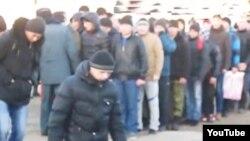 Группа призывников, прибывших на службу в воинскую часть в Жанаозене. Скриншот видео, размещенного на сайте Lada.kz.