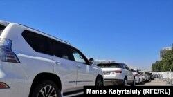 Ряд машин в очереди в мобильный центр для сдачи теста на коронавирус в Алматы. 12 июня 2020 года.