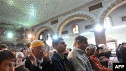 Илустрација: Верници се молат во Султан-муратовата џамија во Скопје.