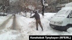Последствия обильного снегопада в Алматы. 20 ноября 2016 года.