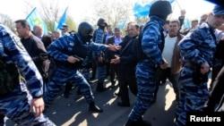 Русия эчке эшләр хәрбиләре юлбашчыларын каршы алырга килгән кырымтатарларны чик буена үткәрмәскә тырыша. 3 май 2014