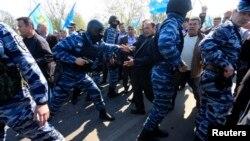 Російська поліція в Криму блокує кримських татар, які намагаються пройти через блокпост на межі Криму з Херсонською областю, 3 травня 2014 року