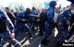 Полиция разгоняет крымских татар, приехавших встречать Мустафу Джемилева. Армянск, 3 мая 2014 года