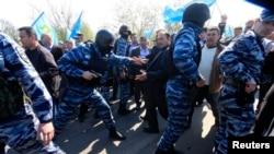 Столкновения полиции и крымских татар, приехавших встречать Мустафу Джемилева