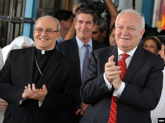 Cuban Cardinal Jaime Ortega y Alamino (left) and Spanish Foreign Minister Miguel Angel Moratinos, who negotiated the release, visit to the Santovenia asylum in Havana on July 7.