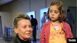 Наталья Зарубина с дочерью в аэропорту