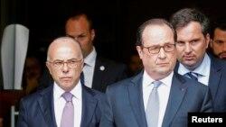 فرانسوا اولاند (راست) میگوید که «حمله به کلیسا و کشتن یک کشیش، توهین به جمهوری است».