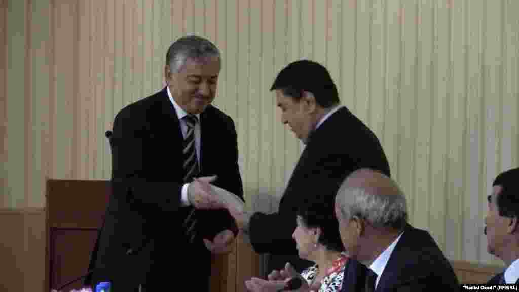 За Эмомали Рахмона удостоверние получил первый заместитель председателя НДПИ Сафар Сафаров