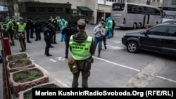 Територія готелю «Козацький» під охороною поліції і Нацгвардії