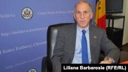 James D. Pettit, ambasadorul american în Republica Moldova