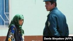 Сотрудник узбекского МВД и женщина в Андижане