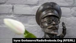 Міні-скульптури архітектора Нільсена ведуть туристичним маршрутом у Маріуполі