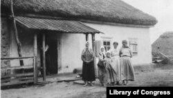 Фото американського «Червоного Хреста» із супровідним текстом було зроблене в Україні в листопаді 1919 року. У тексті хвалять українських селян за витривалість та винахідливість під час Першої світової війни