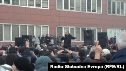 Лидерот на опозициската СДСМ, Бранко Црвенковски на мегафон им се обрати на насобраните поддржувачи пред Собранието на 24 декември 2012 година.