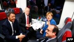 Matteo Renzi (i pari nga e majta në të djathtë), Johan Schneider-Amman, Angela Merkel dhe Francois Hollande, në tren gjatë udhëtimit inaugurial nëpër hekurudhën Gotthard