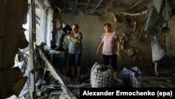 Dy banore i shikojnë dëmtimet e rënda në banesën e tyre në rajonin e Donjeckut në pjesën lindore të Ukrainës