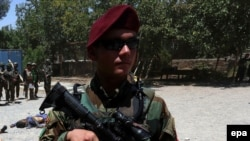 Афганский солдат - участник операции против талибов в провинции Герат (июль 2016 года)