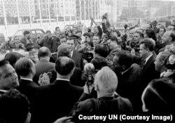 Андрей Громыко сопровождает космонавтов Юрия Гагарина и Валентину Терешкову на пресс-конференцию в штаб-квартире ООН, октябрь 1963 года