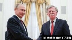 Президент России Владимир Путин и советник президента США по нацбезопасностиДжон Болтон, Москва, 27 июня 2018 года