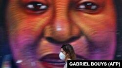 Žena nosi zaštitnu masku, Madrid, Španija, 4. maj