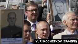 Aleksandar Vučić i Vladimir Putin u Moskvi 9. maja, sa porodicama učesnika Drugog svjetskog rata