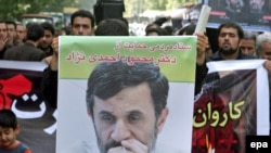 Iran -- Supporters ofPresident Mahmud Ahmadinejad hold posters depicting him on the street in Tehran, 28May2009