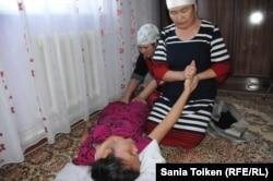 Школьнице Маусымжан Адильхановой родственники оказывают медицинскую помощь после осложнений из-за прививки против кори. Село Кызылсай Мангистауской области, 25 марта 2015 года.
