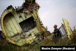 Уламки «Боїнгу-777» Малайзійських авіаліній на місці катастрофи