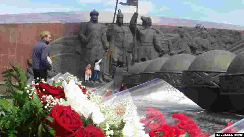 Астанадағы батырлар ескерткішіне қойылған гүлдер. 9 мамыр 2016 жыл.