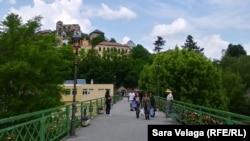 Most u Jajcu sa katancima kojim mladi parovi zaključavaju svoju ljubav, juni 2021.
