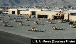 هلیکوپترهای میل می-۱۷وی-۵ و هواپیماهای پی سی-۱۲ تیپ هوایی کابل در فرودگاه این شهر در سال ۱۳۹۳. امروز این رمپ پروازی به کلی خالی شده است.