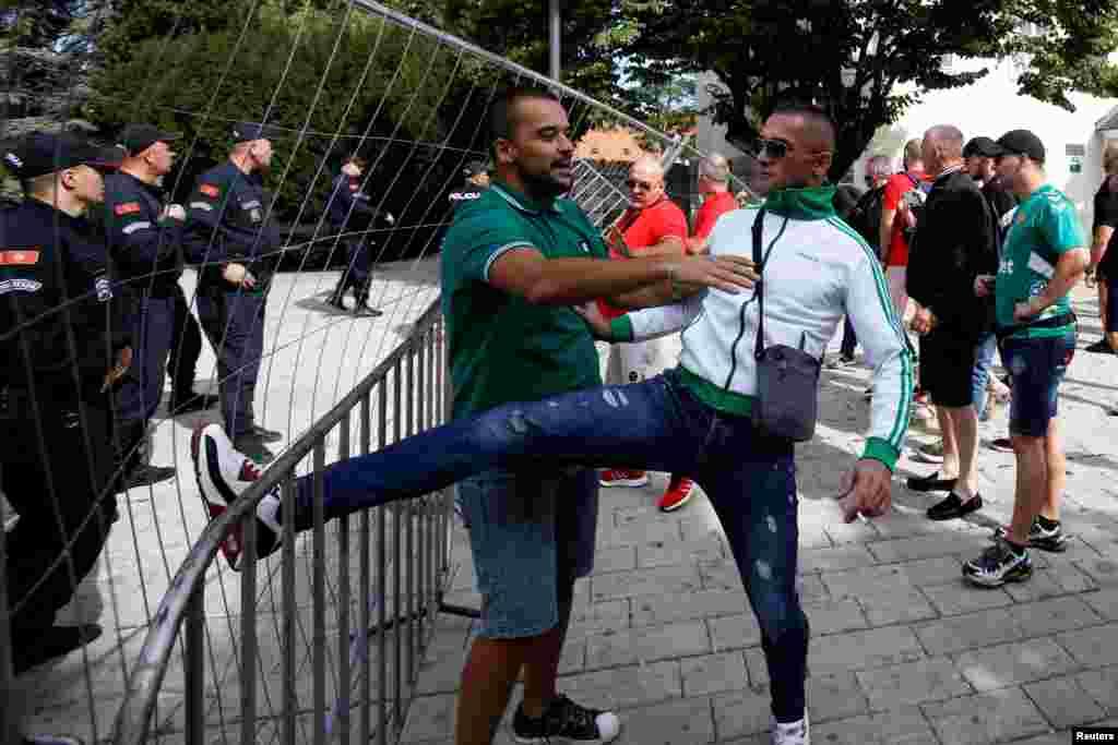 Демонстрант се обидува да ја собори полициската ограда на протестот против устоличувањето во Цетиње на црногорско-приморскиот митрополит Јоаникие на Српската православна црква.