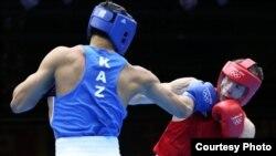 Қазақ боксшысы Әділбек Ниязымбетов (көк формада).