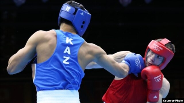Qazaq boksşısı Ädіlbek Nïyazımbetov (kök formada).