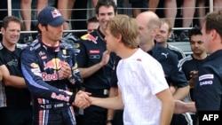 Hукопожатие двух гонщиков Себастьяна Феттеля и Марка Уэббера - выражение лица австралийца непередаваемо
