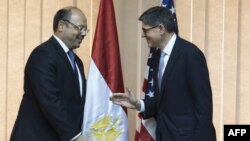 وزير المالية المصري هاني قدري دميان (يسار) يستقبل وزير الخزانة الأميركي جاكوب ليو
