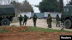 Айырма белгісі жоқ солдаттар Украина әскери бөлімін қоршап тұр. Севастополь, 7 наурыз 2014 жыл.