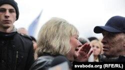 Жанчына плача на акцыі ў Бабруйску 12 сакавіка 2017 году