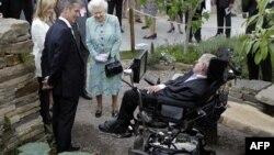 Королева Єлизавета II (центр) і британський фізик Стівен Гокінґ (праворуч), Лондон, 2010 рік