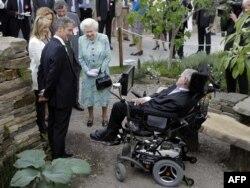 Встреча Стивена Хокинга с британской королевой Елизаветой Второй.