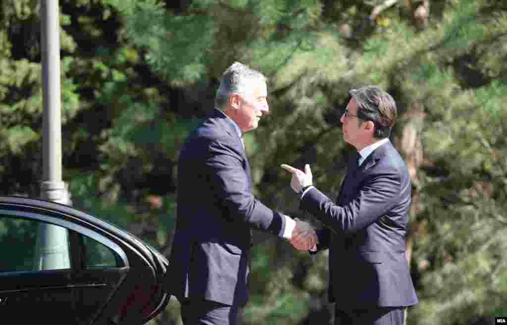 МАКЕДОНИЈА - Односите помеѓу Црна Гора и Македонија не се прекинати и имаме традиција на одлични односи. Нашите односи се пријателски, имаме меѓусебна поддршка и делиме заеднички цели. Важно е силно да ја поддржиме Северна Македонија, изјави црногорскиот претседател, Мило Ѓукановиќ, по средбата со неговиот македонски колега, Стево Пендаровски, во Претседателската вила во Скопје.