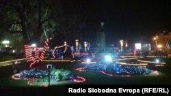 Центарот на Охрид декриран со новогодишни украси.