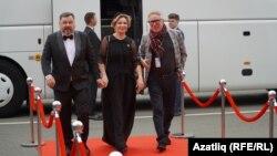 Кызыл келәмнән узучылар, сулдан: Илдар Ягъфаров, Зөлфия Вәлиева, Мансур Гыйләҗев
