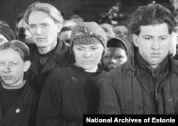 Пропагандистское изображение группы таллиннских рабочих, оплакивающих смерть советского лидера Иосифа Сталина в марте 1953 года.
