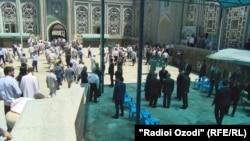 Центральная мечеть города Душанбе во время заупокойной молитвы кончины Каххора Махкамова