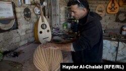 حامد الزبيدي في ورشته لصناعة آلة العود الموسيقية في الحلة