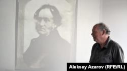 На одном из слайдов, выведенных на экран, портрет Томаса Аткинсона. По словам Ника Филдинга, это единственный сохранившийся портрет путешественника. Алматы, 26 июля 2016 года.