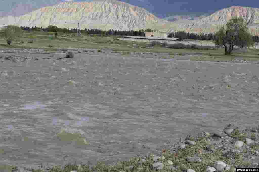 Река Жоон-Арык в южной части села Кок-Джар Кочкорского района размыла часть дамбы.