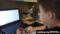 Суға жүзумен айналысатын Никита Ковалев екі жылдан бері Ресей мектебінде қашықтан білім алып жүр. Орал, 2020 жылдың маусым айы.